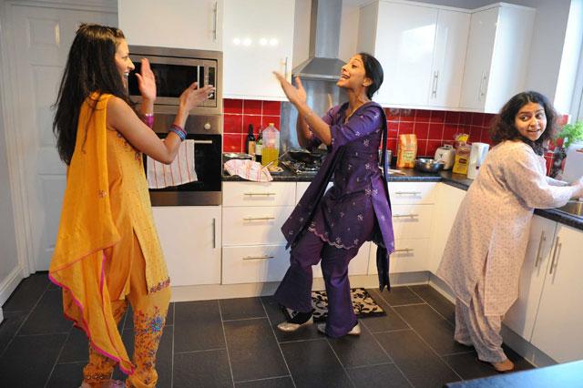Hema Mangoo as Simi, Ansuya Nathan as Masi Ji and Shaleen Hudda as Dal.